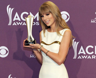 Taylor Swift wins CMA Entertainer of the Year