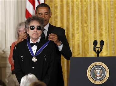 President Obama places the Presidential Medal of Freedom on Bob Dylan (Charles Dharapak / AP)
