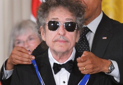 Bob Dylan stands quietly in dark sun glasses, seemingly unmoved by receiving Presidential Medal of Freedom ((MANDEL NGAN/AFP/Getty Images)