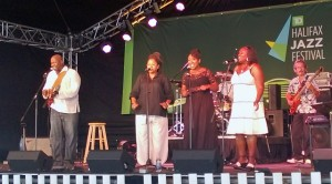 "Harvey Miller and the backup singers – chills up the spine on Bob Marley's ""One Love"" (Photo S. Pate Lumia 920)"